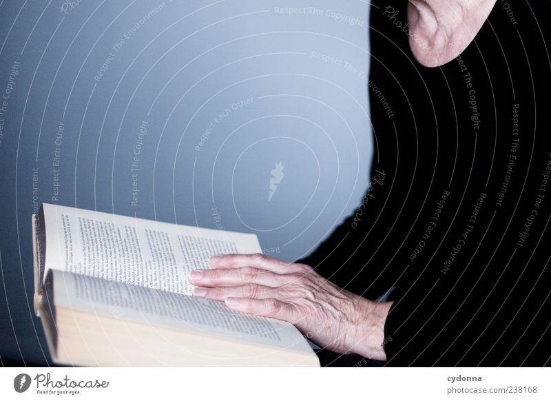 Handverlesen Mensch Frau Hand ruhig Erwachsene Leben Senior Freizeit & Hobby Buch lernen lesen Bildung Neugier Hautfalten festhalten 45-60 Jahre
