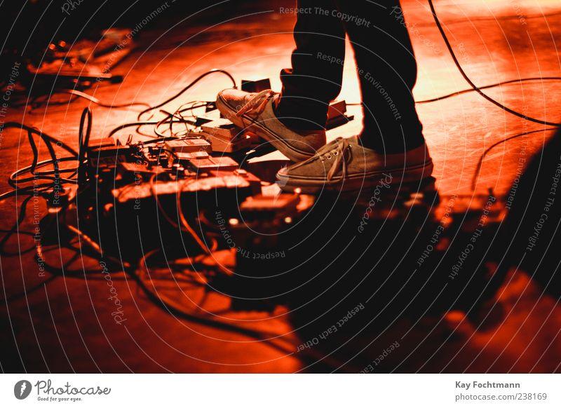 . Musiker Gitarrenspieler Entertainment Kabel Effektinstrument Mensch maskulin Fuß 1 Bühne Veranstaltung Konzert Jeanshose Schuhe rot Farbfoto Innenaufnahme