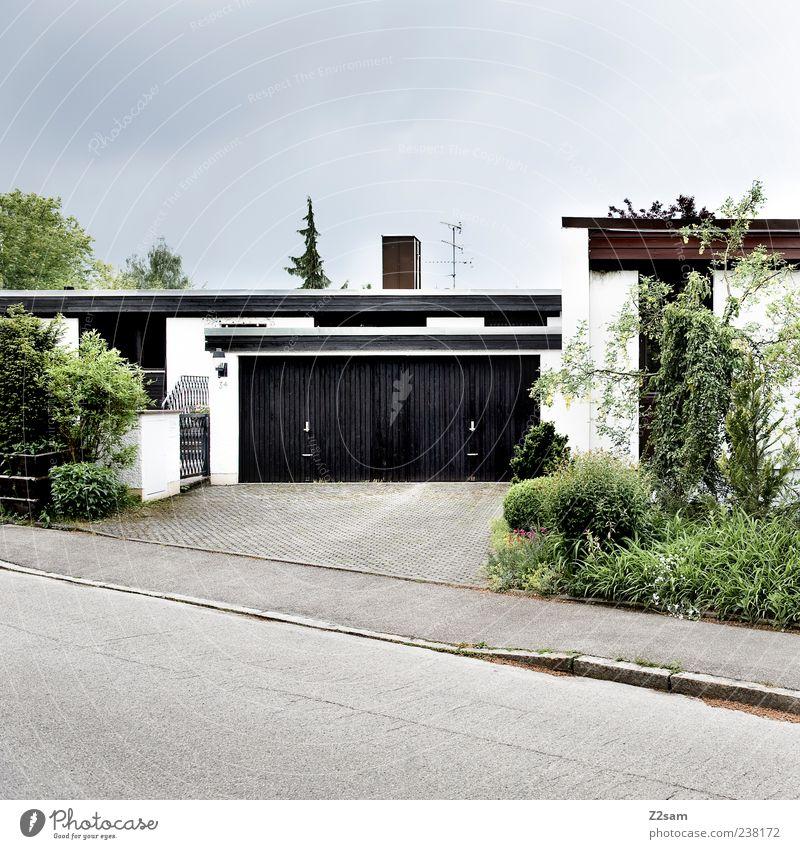 akkurat Natur Baum Pflanze Haus Straße dunkel Architektur Wege & Pfade Gras Stil Deutschland Wohnung Ordnung authentisch Häusliches Leben Sträucher