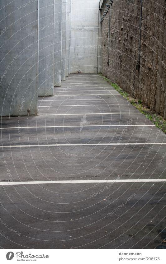 Beton weiß Wand Architektur grau Mauer Gebäude trist Bauwerk Symmetrie Parkplatz Markierungslinie