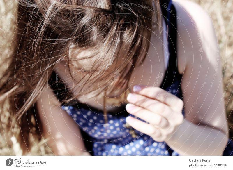 windig Mensch Frau Jugendliche Hand Erwachsene feminin Bewegung Wind Junge Frau Kleid nah dünn brünett sanft langhaarig Haarsträhne