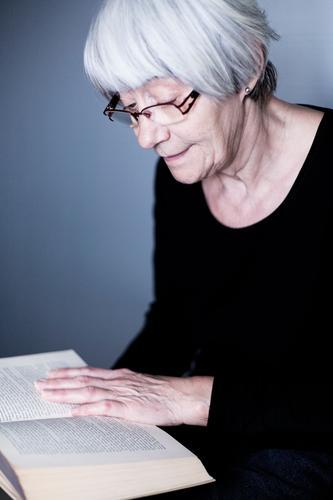 Die Vorleserin Gesundheit Wohlgefühl Zufriedenheit Freizeit & Hobby lesen Bildung Mensch Weiblicher Senior Frau Leben 45-60 Jahre Erwachsene Erfahrung kompetent