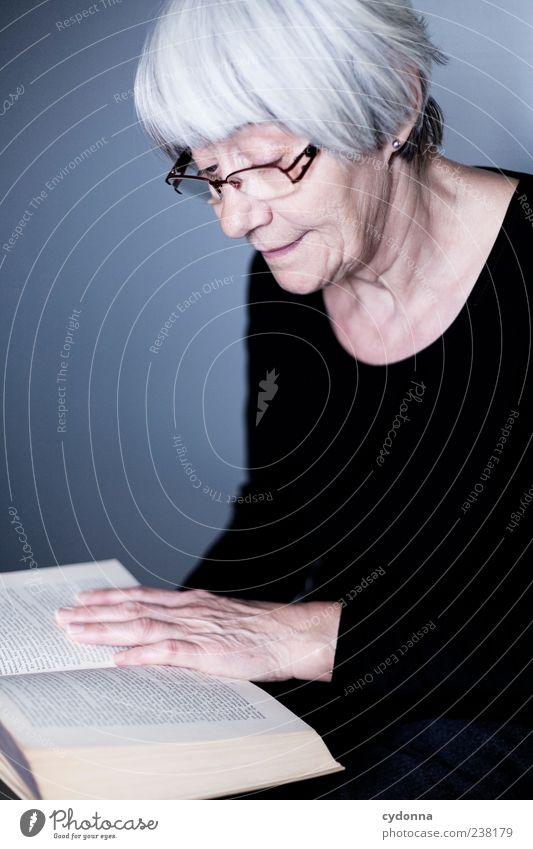 Die Vorleserin Mensch Frau Hand Erwachsene Leben Senior träumen Zeit Gesundheit Zufriedenheit Freizeit & Hobby Buch lernen lesen Vergänglichkeit Bildung