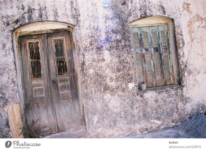 My home is my castle Kreta Fenster verfallen verwohnt Verfall morsch Architektur altes Haus leerstehend Einsamkeit Eingangstür