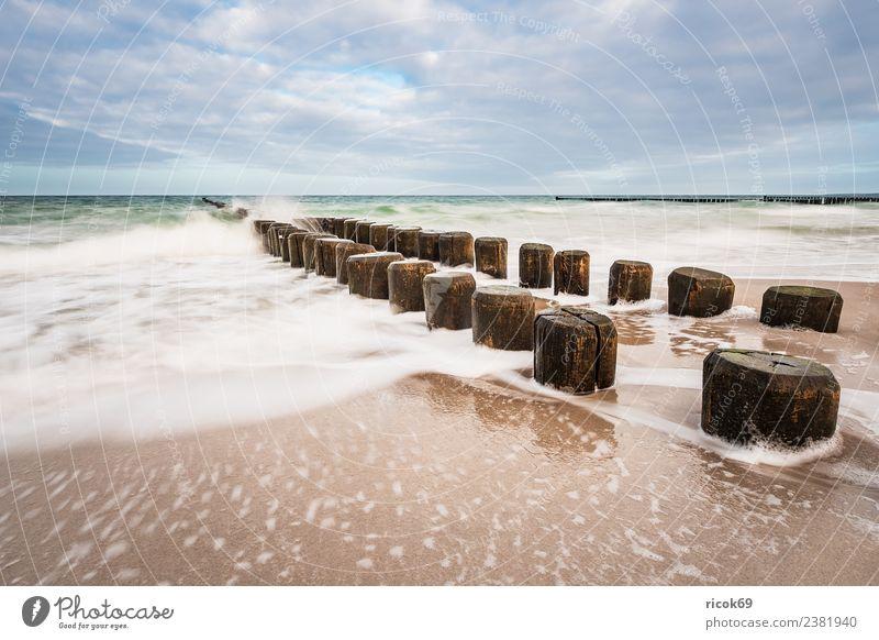Buhnen an der Küste der Ostsee an einem stürmischen Tag Erholung Ferien & Urlaub & Reisen Tourismus Strand Meer Wellen Natur Landschaft Wasser Wolken Sturm Holz