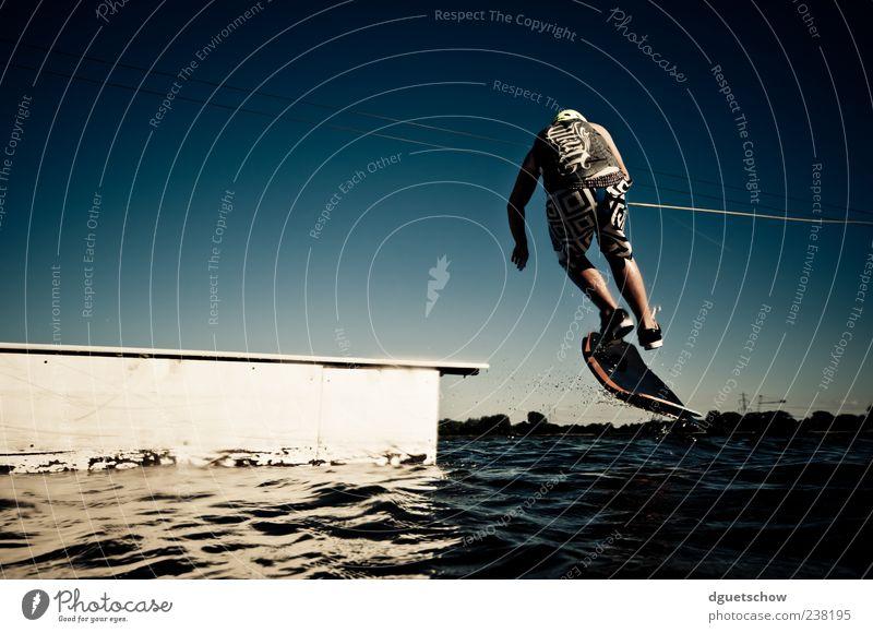 Kickflip Mann Wasser Freude Erwachsene Sport Freizeit & Hobby maskulin ästhetisch sportlich Wasseroberfläche Wolkenloser Himmel Sportler Wassersport Kickflip Wasserski Wasserskifahrer