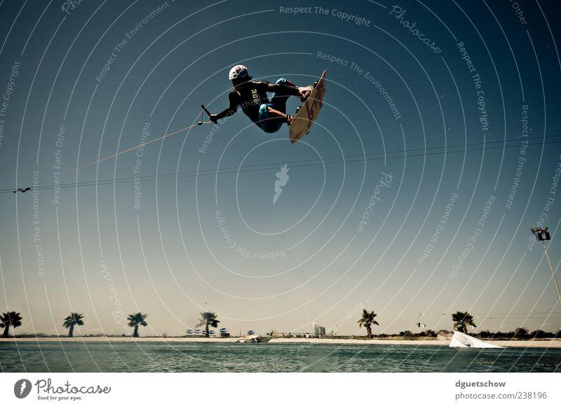 Tailgrab Freude Freizeit & Hobby Sport Wassersport Wakeboarden Wakeboarder Wasserski Wasserskianlage maskulin Junger Mann Jugendliche Himmel See fliegen