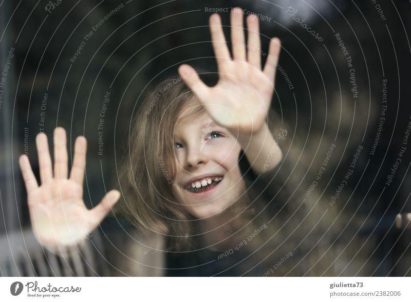 Heute ist Kindertag! | Porträt eines lachenden Jungen am Fenster Mensch Hand Freude Leben lustig Glück wild träumen Kindheit Lächeln Fröhlichkeit authentisch