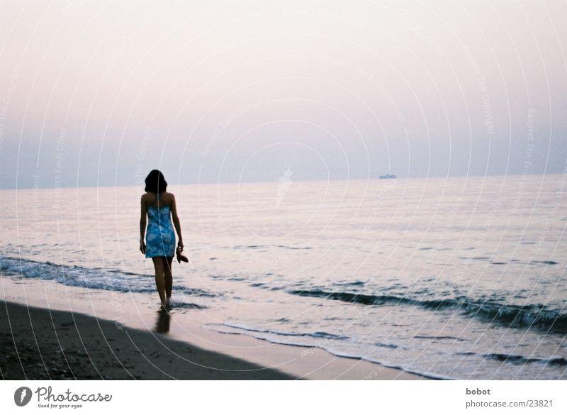 See you later... Frau Ferien & Urlaub & Reisen Wellen Meer Sandstrand Sonnenuntergang Gelassenheit Europa Satzwasser Erholung