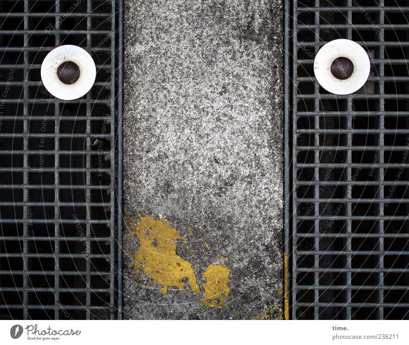 Kleinstadtdschungel Farbe Gesicht gelb Straße Farbstoff lustig Beton Rost Gitter falsch Humor Schraube Abdeckung Schacht