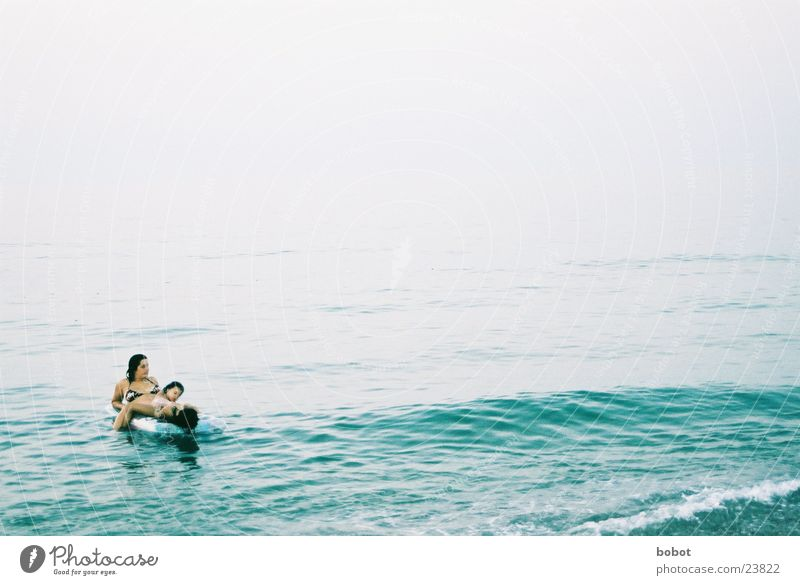 Badespaß Wasser Ferien & Urlaub & Reisen Meer Erholung Wellen Europa Mutter Tochter Meerwasser Luftmatratze Eltern