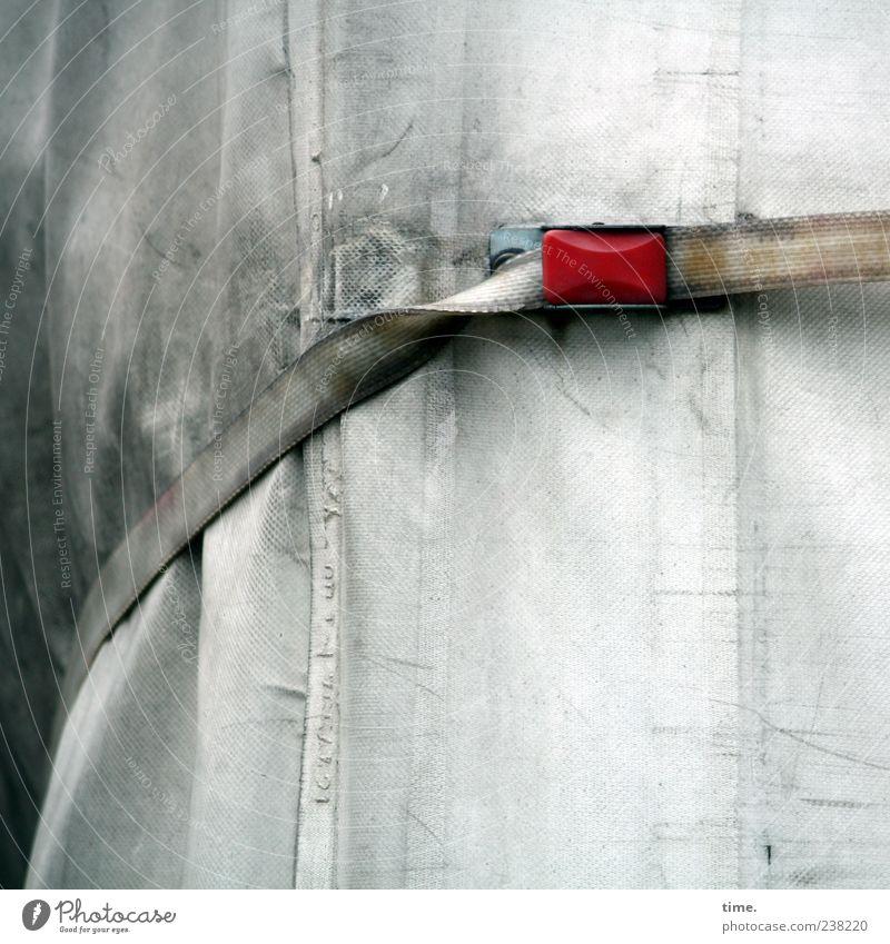 Stresstest Fahrzeug Lastwagen Kunststoff authentisch dreckig dunkel trist rot weiß anstrengen Dienstleistungsgewerbe Sicherheit Abdeckung Schnalle gebunden