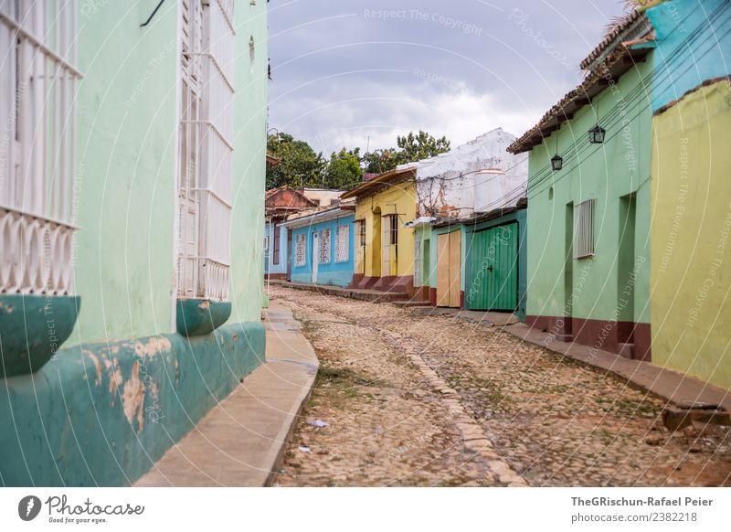 Gasse Stadt Stadtzentrum Altstadt blau braun mehrfarbig gelb grau grün schwarz türkis weiß Straße Pflastersteine Gebäude Fenster Tür Kuba Trinidad Farbfoto