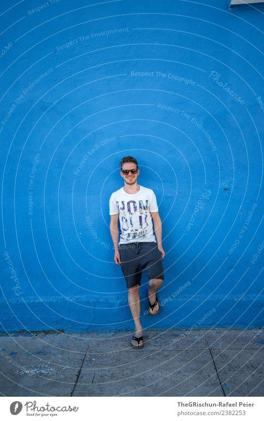 Mann in blau Mensch maskulin Junger Mann Jugendliche Erwachsene 1 30-45 Jahre grau weiß ruhig Brille Ferien & Urlaub & Reisen Porträt Flipflops stehen
