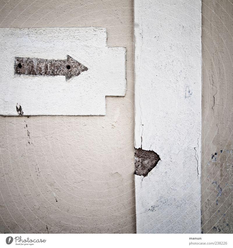 rechts rum alt Haus dunkel Wand Mauer Architektur Gebäude Stein Fassade authentisch Schilder & Markierungen Beton Hinweisschild Zukunft einfach Ecke