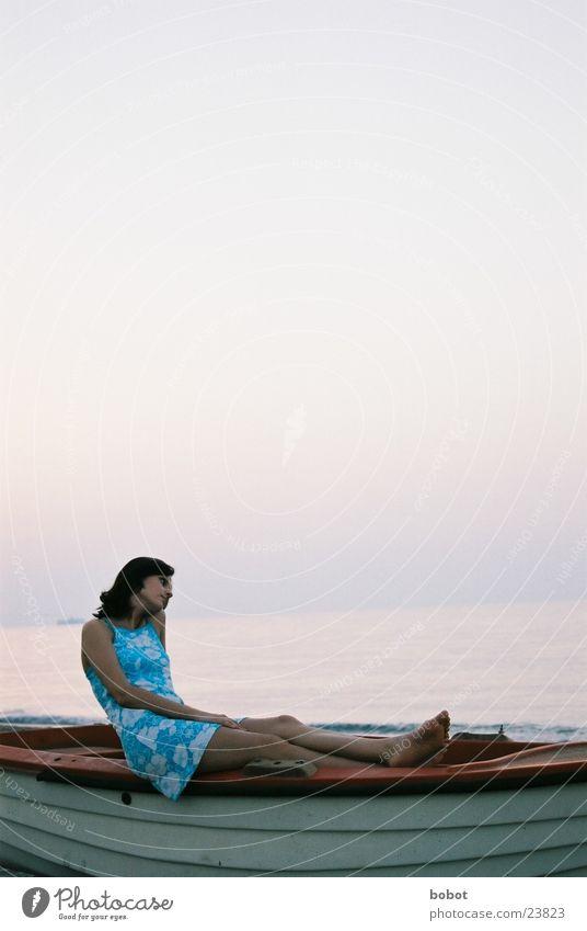 Das Postkartenmotiv Frau Wasser Himmel Meer blau Ferien & Urlaub & Reisen ruhig träumen Denken Wärme Zufriedenheit Wasserfahrzeug Horizont Europa Kleid Gedanke