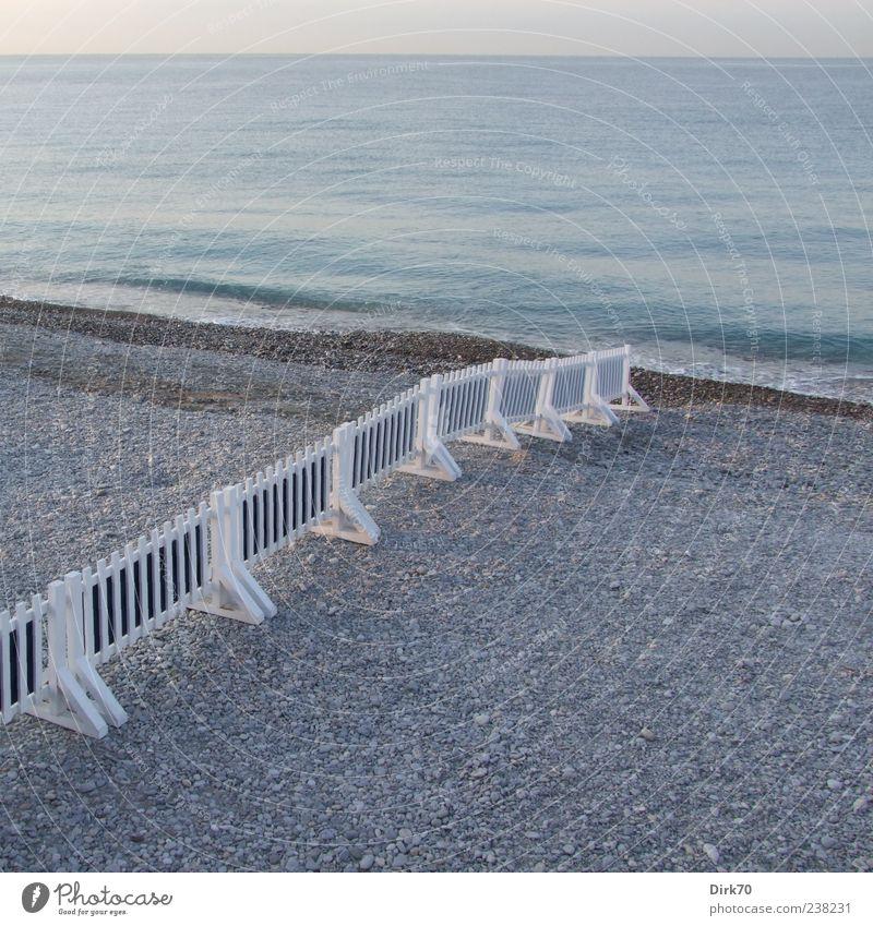 Geteilter Strand blau Wasser weiß Meer Ferne Küste grau Horizont Europa Zaun Grenze Barriere Frankreich Cote d'Azur