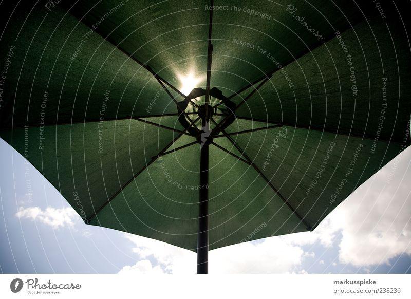 sonnenschutz Lifestyle Häusliches Leben Möbel Wolken Sommer Schönes Wetter Schutz Wetterschutz Sonnenschirm Erholung Außenaufnahme Sonnenlicht Gegenlicht