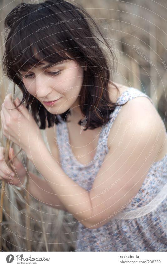 stark bleiben. Mensch Natur Jugendliche schön Erwachsene feminin träumen elegant natürlich Junge Frau ästhetisch authentisch 18-30 Jahre Kleid Lächeln dünn
