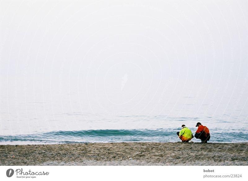 Plausch am Wasser Meer Strand Ferien & Urlaub & Reisen sprechen Paar Sand Freundschaft hocken