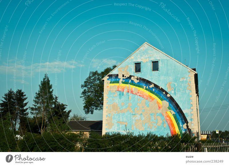 Hier wohnt das Glück Himmel blau alt Farbe Wolken Haus Umwelt Fenster Wand Glück Garten außergewöhnlich Fassade Fröhlichkeit Häusliches Leben Schönes Wetter