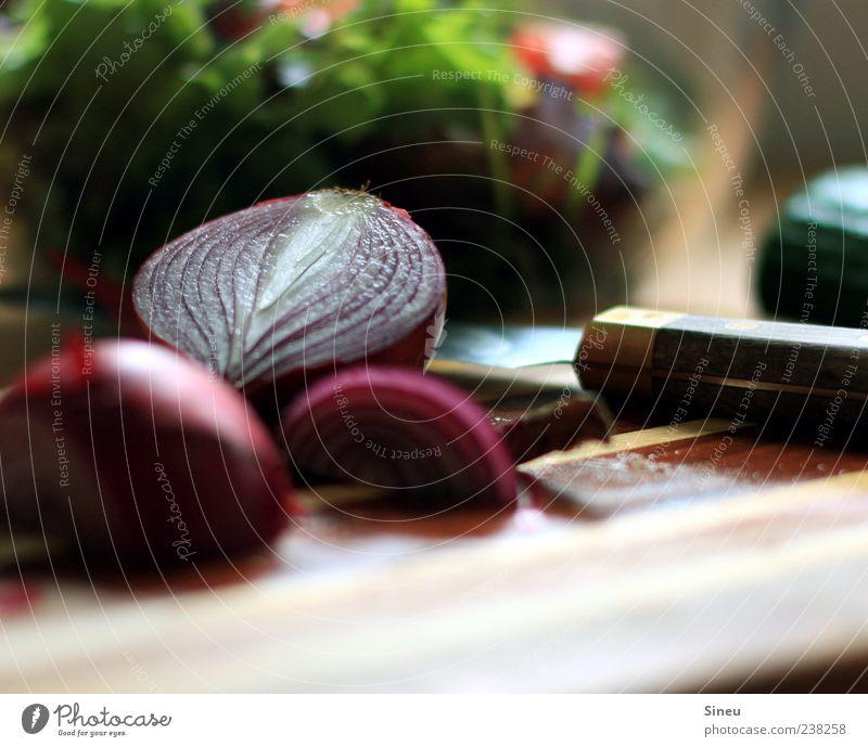 Asia Import Lebensmittel Salat Salatbeilage Zwiebel Ernährung Vegetarische Ernährung Messer Holzbrett Schneidebrett Gesundheit grün rot Vitamin Nährstoffe