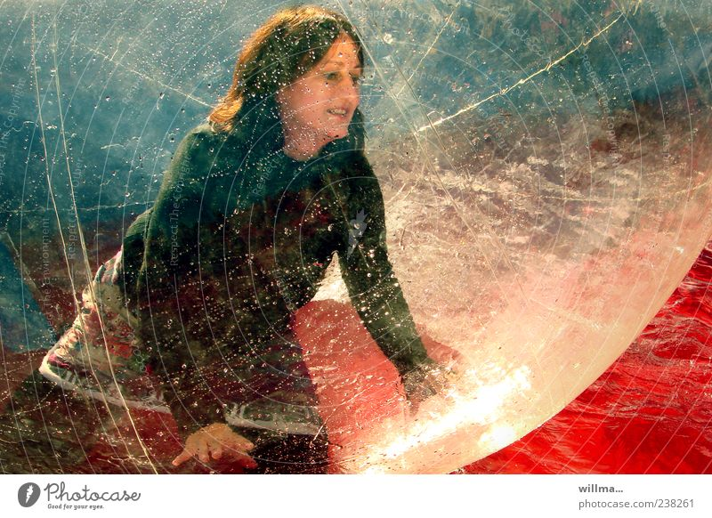 die lichtfängerin Mensch Frau Wasser rot Freude Erwachsene feminin Spielen träumen Freizeit & Hobby leuchten Kunststoff Kugel durchsichtig Dynamik Funsport