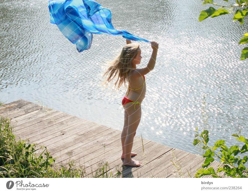 Bruder Wind Mensch Kind blau Wasser Sommer Mädchen Freude Spielen Bewegung Luft hell blond Kindheit Wind ästhetisch stehen