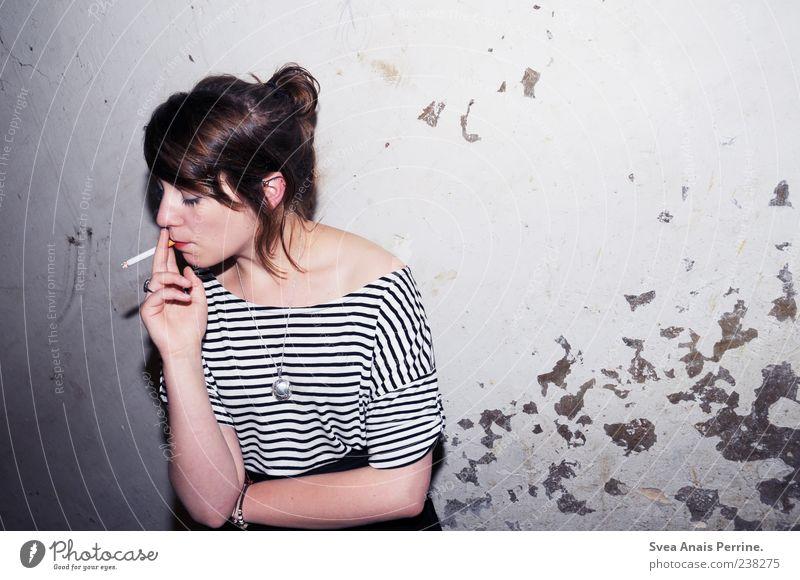 Leben den Lebenden. Mensch Jugendliche Erwachsene feminin Wand Mauer Stil Fassade außergewöhnlich Junge Frau 18-30 Jahre Coolness Rauchen brünett trashig Kette