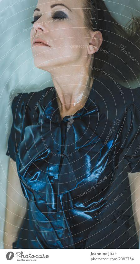 Wasserwesen I Mensch blau schön Erotik Erholung ruhig Gesicht Traurigkeit feminin außergewöhnlich Mode träumen liegen glänzend Vergänglichkeit nass