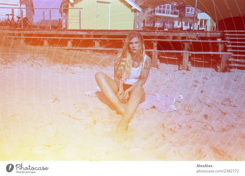 Frau am Ostseestrand auf fehlfarbenen Bild mit Lightleaks Jugendliche Junge Frau schön Erholung 18-30 Jahre Erwachsene Lifestyle Leben Stil retro blond Idylle