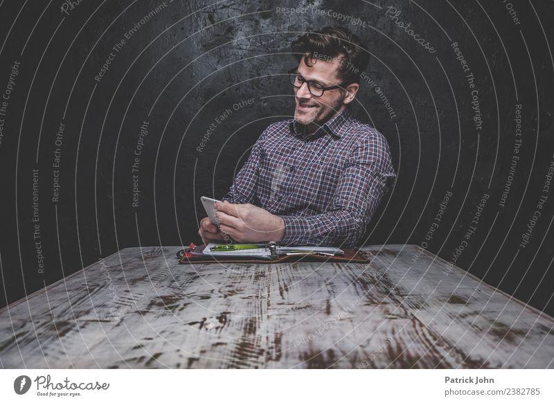 Gute Nachrichten Arbeit & Erwerbstätigkeit Büroarbeit Arbeitsplatz Business Mittelstand Karriere Erfolg Feierabend Mensch maskulin Mann Erwachsene 1 30-45 Jahre