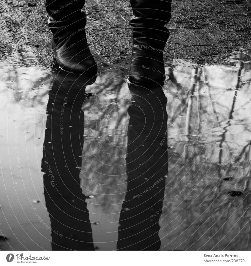 wir wissen. Mensch Jugendliche Wasser Traurigkeit Schuhe dreckig Junge Frau stehen trist Trauer Stiefel Sorge Pfütze schlechtes Wetter Spiegelbild