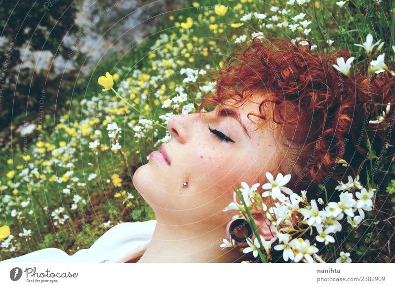 Junge Frau schläft in einem Blumenfeld. Lifestyle Stil schön Haare & Frisuren Haut Gesicht Gesundheit Sinnesorgane Erholung ruhig Meditation Duft Mensch feminin