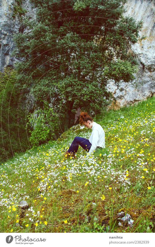 Junge Frau allein in einem riesigen Blumenfeld. Lifestyle Gesundheit Wellness harmonisch Wohlgefühl Sinnesorgane Erholung ruhig Meditation