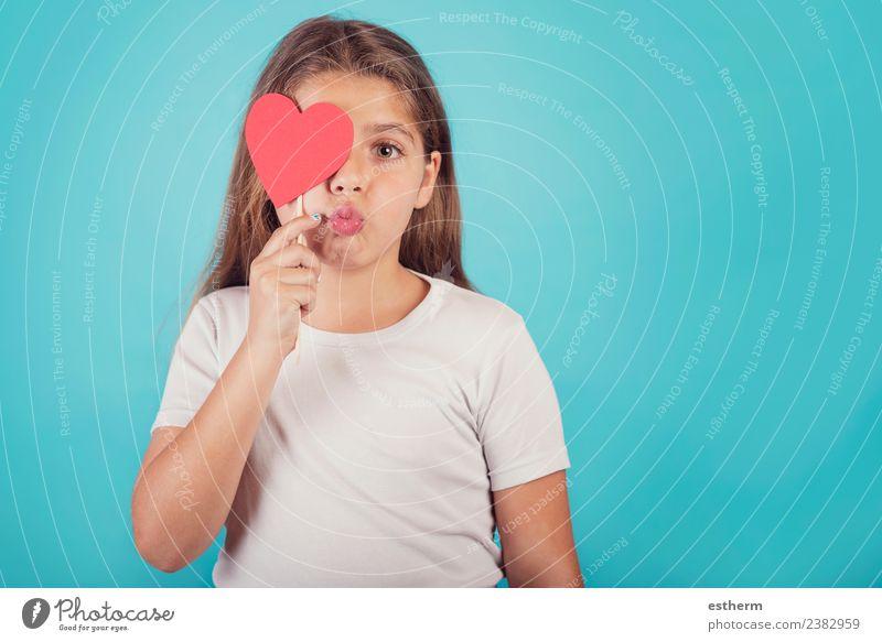 lächelndes Mädchen mit einem Herz, das ihr Auge bedeckt. Lifestyle Freude Party Veranstaltung Feste & Feiern Valentinstag Muttertag Mensch feminin Kind Kindheit