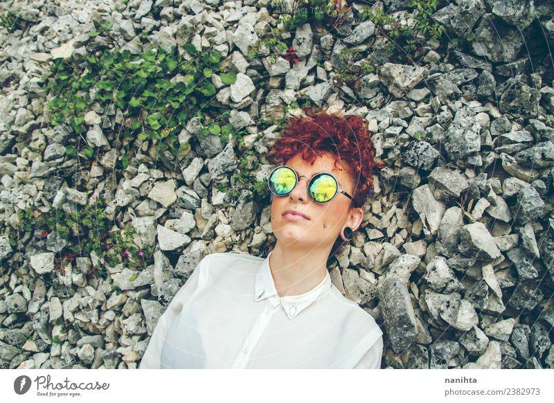 Junge Frau, die sich über Felsen legt. Lifestyle Stil Sinnesorgane Erholung ruhig Ferien & Urlaub & Reisen Freiheit Mensch feminin Jugendliche 1 18-30 Jahre