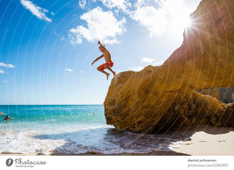 Sommerspaß Kind Mensch Ferien & Urlaub & Reisen Sonne Meer Freude Strand Gefühle Küste Glück Junge Tourismus Zufriedenheit springen maskulin