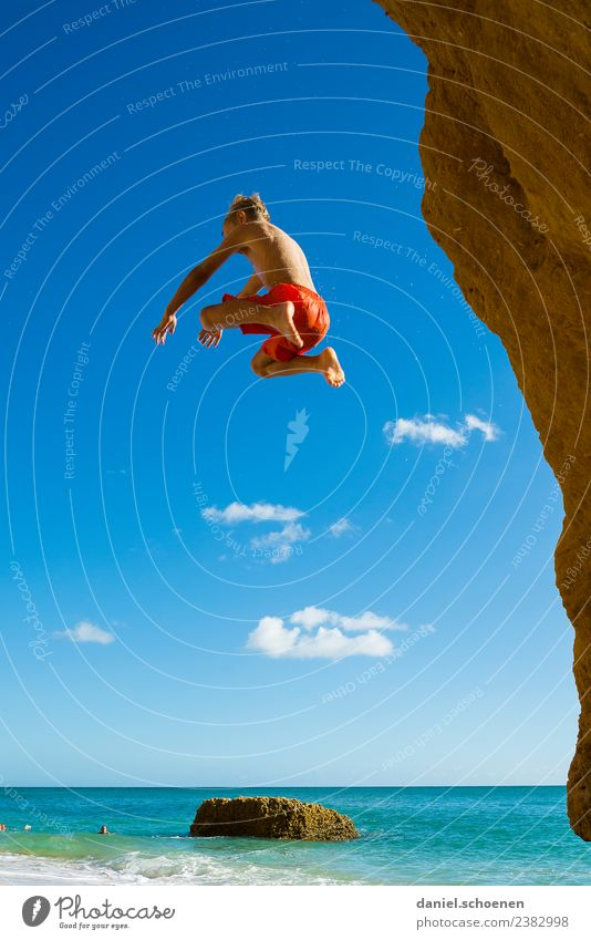 fliegen Ferien & Urlaub & Reisen Sommer Sommerurlaub Strand Meer Mensch maskulin Junge 1 8-13 Jahre Kind Kindheit Himmel springen blau Gefühle Freude Glück