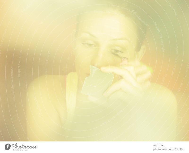 Schönes junges Mädchen schminkt sich mit kaputtem Spiegel in der Hand Frau schön Gesicht Kosmetik Wimperntusche Mascara feminin Junge Frau Mensch ästhetisch