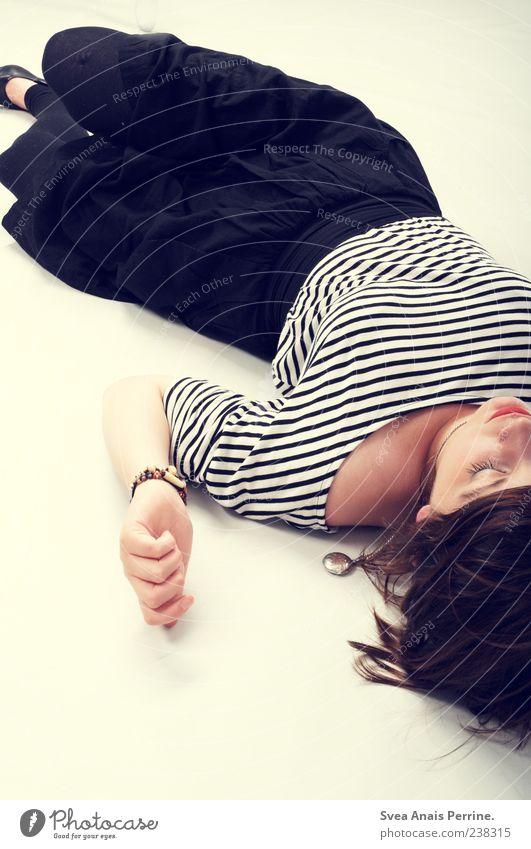 . Stil feminin Junge Frau Jugendliche 1 Mensch 18-30 Jahre Erwachsene Mode Rock Accessoire Schuhe Haare & Frisuren brünett liegen einzigartig Farbfoto