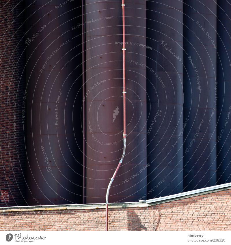 blitzbegleiter Wand Architektur Mauer Gebäude Fassade Ordnung Perspektive Industrie Industriefotografie Fabrik Bauwerk Leitung Rohrleitung Antenne