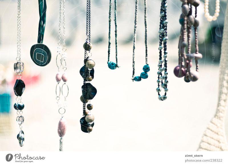 Schmuckes Abhängen Accessoire Halskette Perle Silber Sammlung glänzend leuchten elegant reich schön viele blau rosa weiß Ordnungsliebe Farbe Dekadenz Kunst