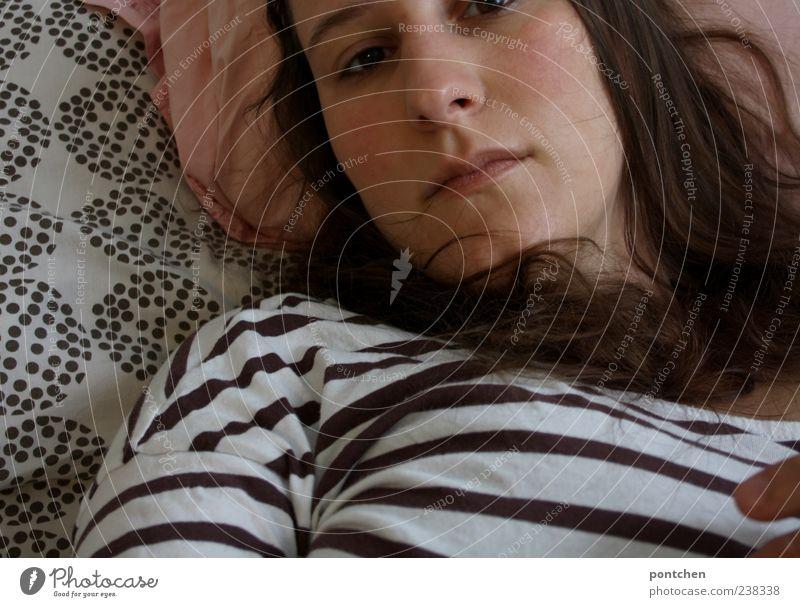 Frau liegt schlecht gelaunt im Bett. Traurig, depressiv feminin Junge Frau Jugendliche Erwachsene Haare & Frisuren Gesicht Mund 1 Mensch 18-30 Jahre Erholung