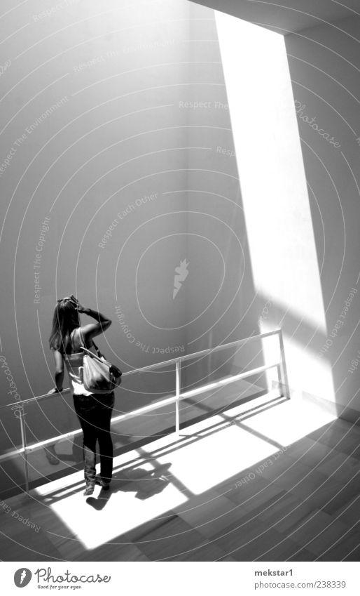 Lichtblick feminin Junge Frau Jugendliche Erwachsene 1 Mensch Architektur beobachten Blick Schwarzweißfoto Innenaufnahme Textfreiraum links Textfreiraum oben