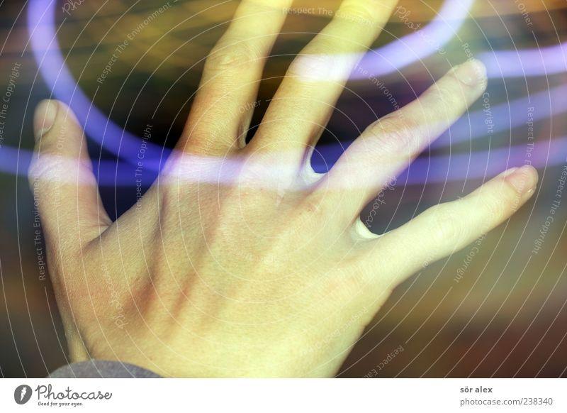 uuiiiiiiii... Mensch Jugendliche blau Hand 18-30 Jahre Erwachsene Bewegung Gesundheitswesen maskulin leuchten verrückt Finger Jugendkultur Irritation Rausch greifen