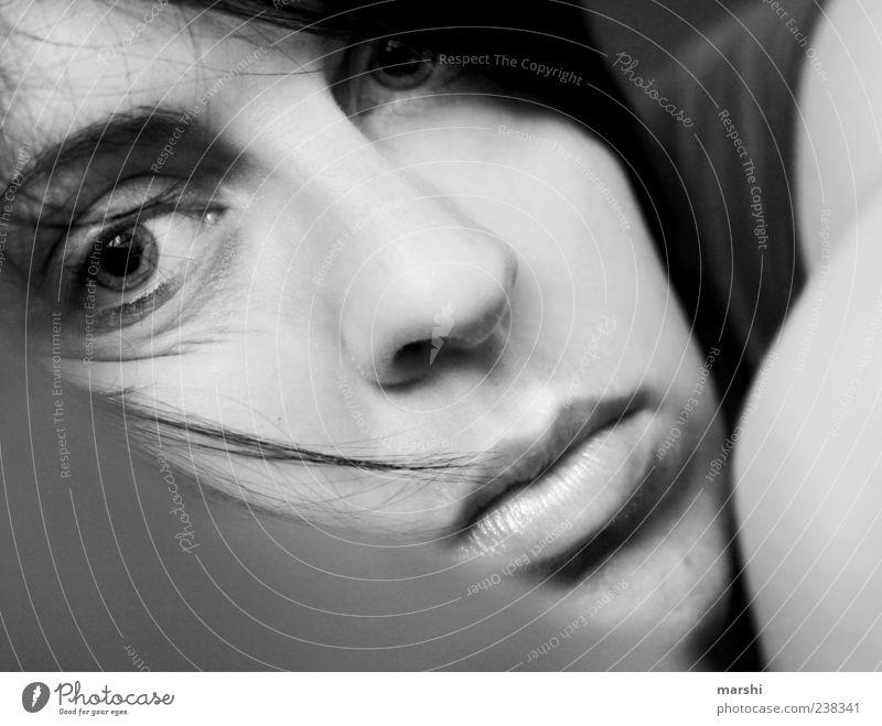 ein Augenblick Mensch feminin Frau Erwachsene Kopf 1 nah Gefühle Porträt Müdigkeit Erschöpfung liegen Momentaufnahme Blick Blick in die Kamera Schwarzweißfoto