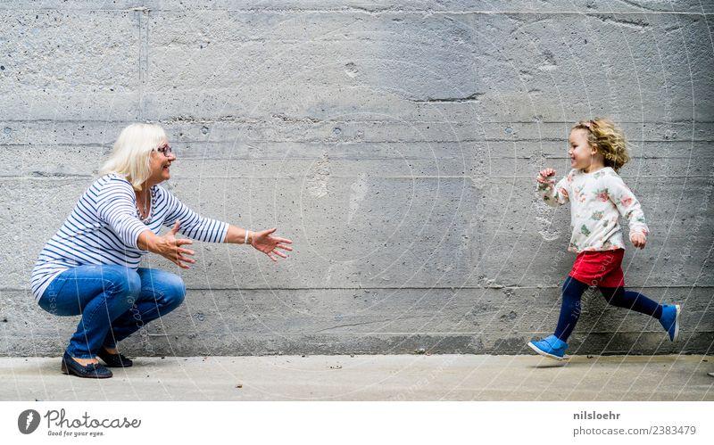 run, run, run Kind Kleinkind Mädchen Großmutter 2 Mensch 1-3 Jahre 60 und älter Senior Stein Beton laufen Fröhlichkeit blau grau Glück Farbfoto Tag