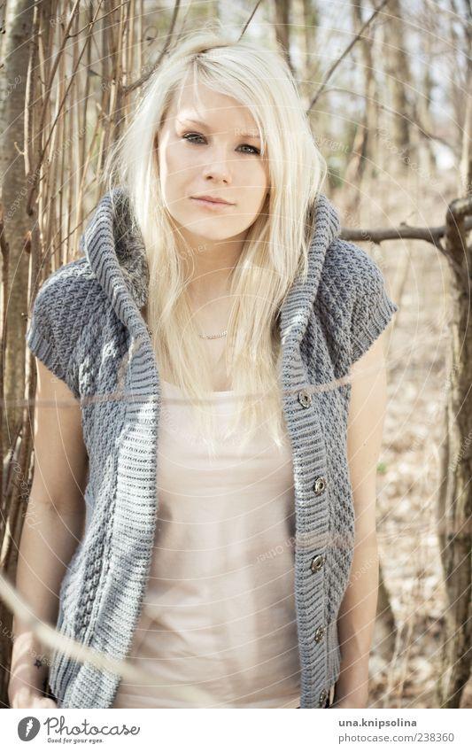 f. Mensch Frau Natur Jugendliche schön Erwachsene Wald feminin Gefühle Mode blond natürlich Junge Frau 18-30 Jahre Pullover langhaarig
