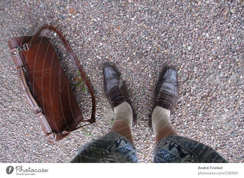 der eigene Stil Lifestyle maskulin Mann Erwachsene Beine Fuß 1 Mensch Kieselsteine Hose Strümpfe Shorts Tasche Schuhe Lederschuhe Stein stehen trendy trashig
